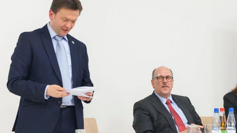 Jürgen Berkei bei der Begrüßung der Gäste